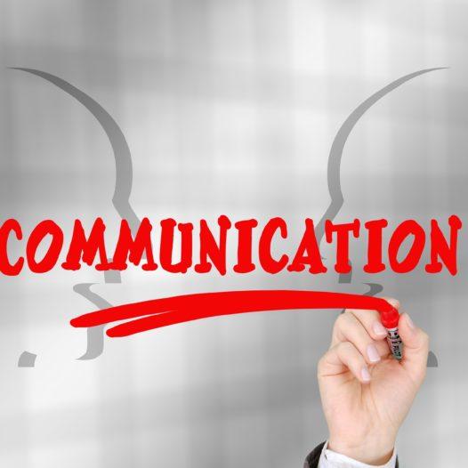 Sztuka komunikacji z wymagającym rodzicem. Jak rozmawiać asertywnie i z szacunkiem?
